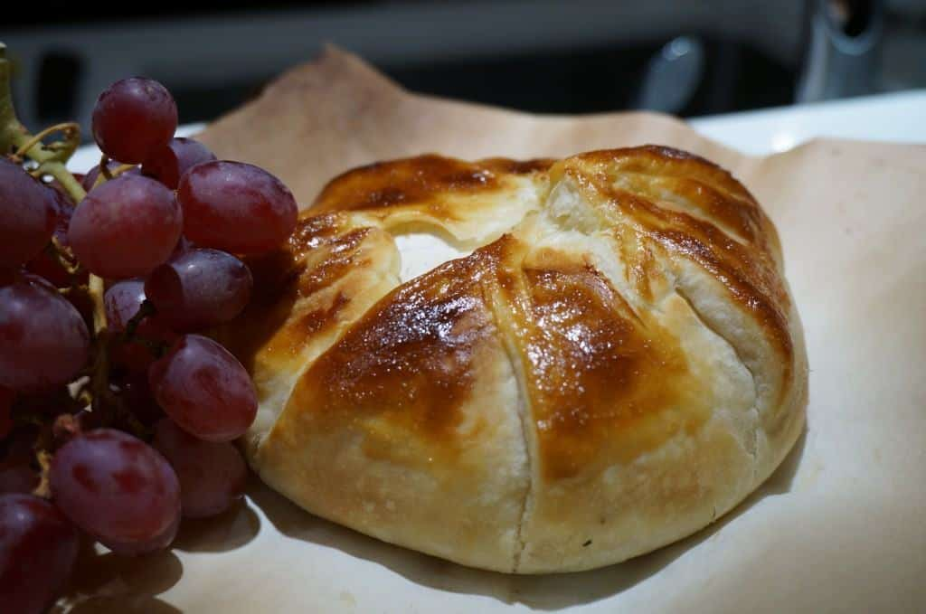 Baked Brie with grapes via hispanaglobal.net