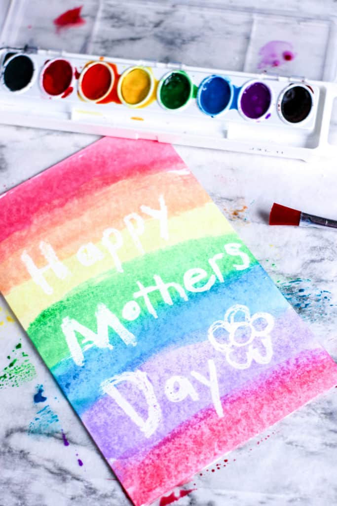 Learn how to make an adorable Mother's Day card using the watercolor resist technique. It´s so fun and easy!