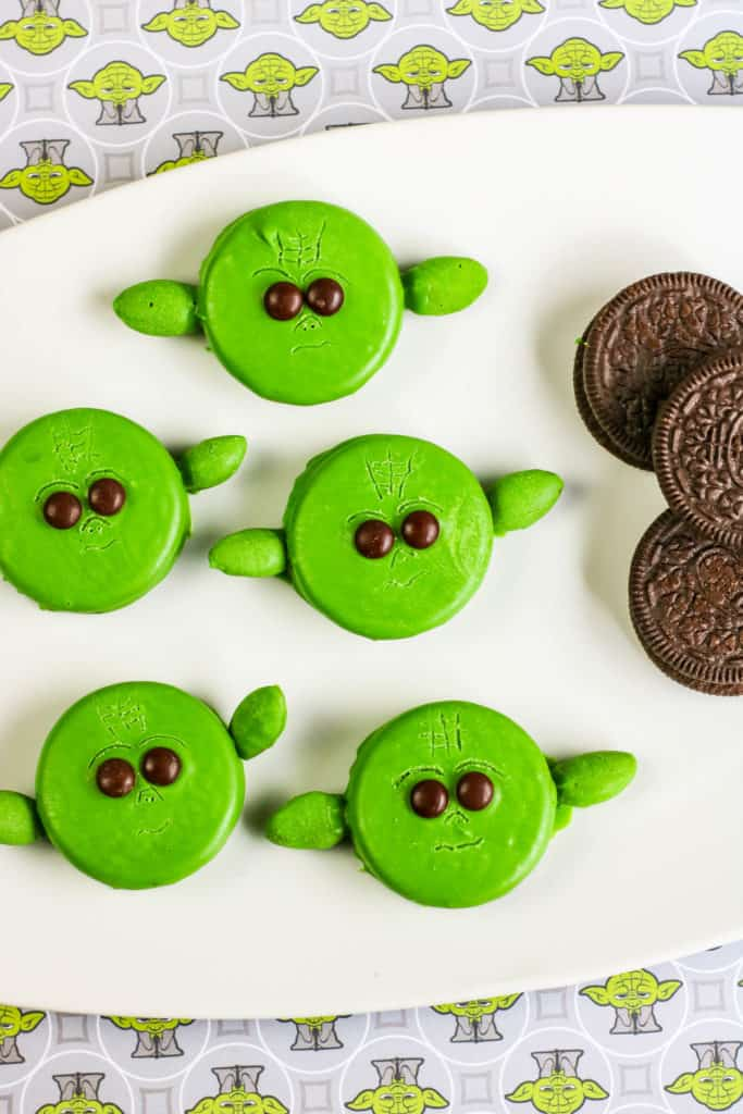 These Baby Yoda Oreos are perfect for any Star Wars celebration, a watch party for The Mandalorian's new season or even for Halloween.